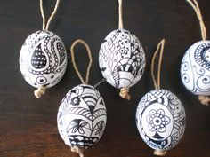 The eggs are real eggs, empty and painted with acrylic plaster and decorated with a simple black marker. Il gancetto per appenderle l'ho fatto con dello spago. The hook for hanging I did with string