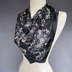 Petite écharpe en soie Beacon à motif floral noir et gris ardoise