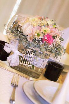 Virágos vintage asztaldísz alacsony kockavázában, amely körasztalra ideális választás. A vintage-nél alapvetők az apró kiegészítők és részletek, mint a csipke vagy ez a fából készült kalitka. Nézz szét vintage dekorációs kellékeink között: http://eskuvoidekor.com/sct/560031/Vintage-dekoracio-fa-termekek