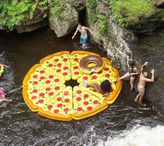 Une pizza gonflable pour bronzer à la plage Giant Pool Floats, Cool Pool Floats, Funny Pool Floats, Summer Of Love, Summer Fun, Summer Time, Summer Goals, Summer Ideas, Objet Wtf