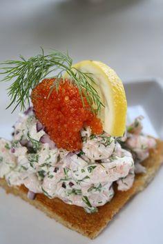 Toast skagen á la Karin Skagen, Prawn Toast Recipe, Stockholm Food, Swedish Cuisine, Nordic Diet, Toast Sandwich, Sandwiches, Salsa, Scandinavian Food