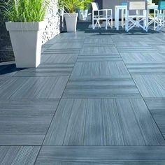 Carrelage terrasse gris anthracite 50 x 50 cm Caillebotis Castorama Concrete Patios, Concrete Patio Designs, Backyard Patio Designs, Backyard Landscaping, Concrete Tiles, Terrace Tiles, Patio Tiles, Patio Flooring, Exterior Gris