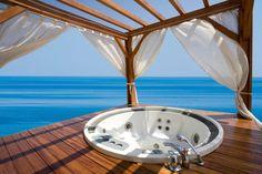 Dieser Pavillon und Deck auf dem Wasser ist mit einem Whirlpool sowie Vorhängen ausgestattet. Vorhänge können verwendet werden, als Dekoration oder Privatsphäre.