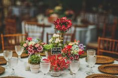 Arranjos para mesa de convidados | Casamento na praia | Cores Quentes | Casamento Amarelo e Vermelho | Casmento Rústico | Decoração | Decoração de Casamento | Decoração rústica | Decor | Decoration | Wedding Decor | Wedding Decoration | Flores | Flowers | Casamento Florido | Flowers | Inesquecível Casamento -| Casamento | Wedding | Casamento na Praia | Beach Wedding