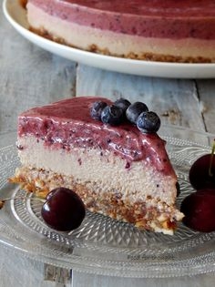 "Food for thought: Ωμοφαγικό ""τσιζ κέικ"" με μύρτιλα και κεράσια Vegan Blueberry, Raw Desserts, Raw Vegan, Tiramisu, Cheesecake, Cherry, Healthy, Ethnic Recipes, Food"