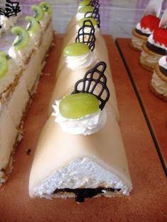 "Jordbærkagen: Gåsebryst (in Danish) - ""Goose Breast"" Danish Cake, Danish Dessert, Danish Food, Yummy Treats, Delicious Desserts, Cake Recipes, Dessert Recipes, Scandinavian Food, Swedish Recipes"