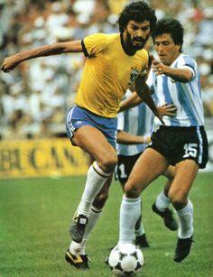 Sócrates na vitória sobre a Argentina por 3x1 na Copa do Mundo da Espanha 1982.
