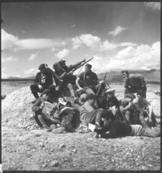 KATI HORNA,Grupo de milicianos descansando en las cercanías del Bosque Carrascal, algunos de ellos leen.