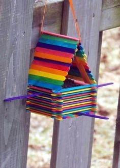 Learn How To Make Popsicle Stick Bird Feeders - Popsicle Stick Crafts House Kids Crafts, Home Crafts, Diy And Crafts, Garden Crafts, Easy Crafts, Homemade Bird Feeders, Diy Bird Feeder, Bird House Feeder, Popsicle Crafts