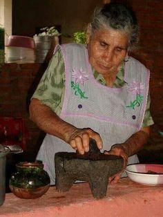 Haciendo salsa en molcajete.