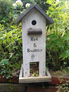 Vogelhuisje met voederbak.