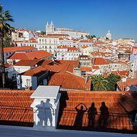Miradores de Portugal: mejor desde arriba | Via Condé Nast Traveler España | 21/03/2014  Si algo tiene #Portugal son vistas. Desde los tranquilos miradouros de Lisboa a los salvajes horizontes de la costa lusa, paisajes que enamoran al primer vistazo. En castillos y montañas, acantilados y 'pueblitos', Portugal se deja mirar, así que no te cortes, mírala fijamente y disfruta de su bonita cara. #Portugal