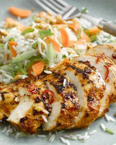 Deze heerlijke kip wordt gemarineerd in een vinaigrette met rode curry en is lekker pittig. Heerlijk met een frisse rijstsalade met worteltjes en peultjes.