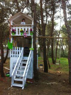 Casetta a tre piani da giardino con altalene. Un faidate per conquistare i propri nipotini.