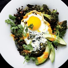 Stir-Fried black rice w/ Fried Egg & Roasted Broccoli: This is the kind of healthy, satisfying food that we all wish would simply materialize at home for dinner. But making it in parts is easier than you might think! Roasted Broccoli Recipe, Broccoli Recipes, Avocado Recipes, Roasted Brocolli, Grilled Broccoli, Broccoli Pesto, Fried Egg Recipes, Stir Fry Recipes, Cooking Recipes