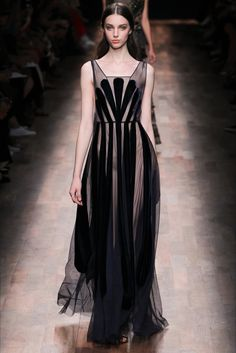 Valentino - Spring 2015 Ready-to-Wear - Fashion - Mode - Moda - мода - Muoti - موضة - אופנה - 时尚 Fashion Week, Look Fashion, High Fashion, Fashion Show, Fashion Design, Vogue Fashion, Fashion Spring, Fashion Beauty, Style Haute Couture
