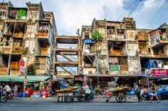 Cambodge Mag : White Building, entre artistes et promoteurs Symbole des extrêmes du pays alors que le bâtiment décati jure au milieu des toutes nouvelles constructions d'hôtels, complexes commerciaux et ''centres de loisirs'', le gouverneur de Phnom Penh annonce que le célèbre bâtiment du Boulevard Sothearos est voué à une démolition prochaine. Toutefois, les voix des artistes s'élèvent.