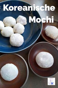 Mochi sind ein typisches koreanisches Dessert. Es gibt sie in verschiedenen Füllungen und auch in fröhlichen Farben. Meine liebsten Mochi sind die weißen mit Azukibohnen-Füllung. Azukibohnen-Paste lässt sich einfach selber herstellen. Traditionell werden Mochis an Neujahr gegessen. Die Herstellung braucht viel Kraft, da der Teig sehr stark klebt. In Korea kann man z. B. im Künstlerviertel Insadong den Konditoren direkt bei der Herstellung zuschauen und auch gleich verköstigen. Awesome Food, Good Food, Stark, Mochi, Fat, Vegan, Tableware, Desserts, Blog