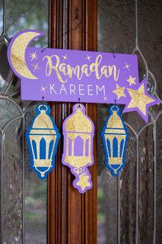 Ramadan door hanger to add to your Ramadan decorations collection Ramadan Diy, Mubarak Ramadan, Ramadan Crafts, Hajj Mubarak, Eid Crafts, Diy And Crafts, Crafts For Kids, Paper Crafts, Decoraciones Ramadan