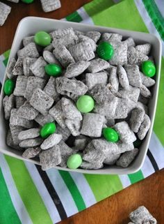 St. Patrick's Day Snacks, St. Patrick's Day muddy buddies, DIY St. Patrick's Day food, St Patrick's Day Treats  #food #treat #ideas #DIY  www.loveitsomuch.com