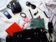 Que hay en mi bolso What's in my bag What's In My Purse, Whats In Your Purse, What In My Bag, What's In Your Bag, Survival Kits, Velvet Fashion, Study Motivation, Kanken Backpack, You Bag