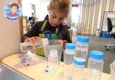 Opdrachtkaartjes, babyflessen vullen in de watertafel, thema baby voor kleuters, kleuteridee.nl, free printable