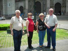 Frente a la Catedral de Lima. Pepe Hermano, Maricarmen Rivera, Angel Boix y Amparo Cuevas