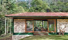 Fachada de casa de campo com pintura verde e detalhe em pedra Bungalow, Cottage Design, House Design, Gazebo, Pergola, Jungle House, Stone Houses, Tropical Houses, Small House Plans