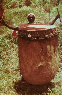 Burundi Drum> now THAT'S what I call a drum!