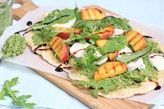 Naanbrood met gegrilde perzik en pesto
