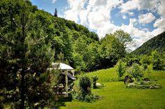 adelaparvu.com acerca casa rústica con jardín cerca de Piatra Neamt, paisaje de verano, Foto Romulus Boicu (1)