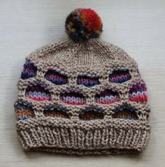 Mis obsesiones de hoy: Patrón: gorro con circulos-- ok so its not crochet, but I'm kind of obsessed with honeycomb designs and would love to recreate this with crochet somehow.