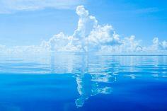 奇跡的なベタ凪!入道雲が鏡面反射している八重山ブルー Bellisima, Ocean, Clouds, Landscape, Water, Outdoor, Inspiration, Backgrounds, Heaven