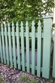 Staket. Fin skärning och färg! Fence Gate Design, Privacy Fence Designs, Garden Gates And Fencing, Permaculture Design, White Picket Fence, Fence Landscaping, Small Garden Design, Garden Trellis, Garden Cottage
