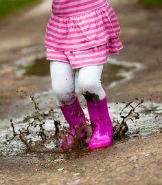"""""""La infancia no es el tiempo para adelantar los procesos, es el terreno abonado para sembrar las semillas que más adelante brotarán como pensamientos y capacidad intelectual. Es la etapa para aprender a través de las manos, los ojos, la boca, los pies, para experimentar las leyes físicas del mundo, para mojarse con el agua, jugar con la tierra, volar cometas con el aire, fascinarse con el juego, entrar en la realidad donde se vive"""". (Elena Martín-Artajo)"""