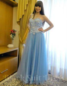 Pueril, delicado e com poder. Rolou um toque Elsa, a Rainha da Neve de Frozen: Uma Aventura Congelante, nesta produção. Conheça a loja online: www.blacksuitdress.com.br #vestidoprincesa #debutante #15anos #festa #casamento