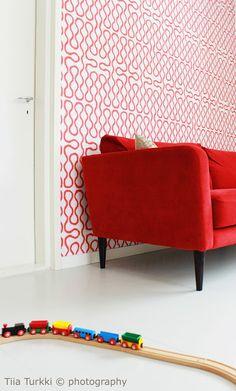 Kuva on Koto Sisustussuunnittelun toteuttamasta kohteesta. Koton löydät TaloTalosta, kuten kaikki muutkin rakentamiseen ja remontoimiseen tarvitsemasi toimijat. Tervetuloa tutustumaan! #decorating #sisustus #livingroom #olohuone #red #punainen #sohva #couch #koti #home #scandinavian #sisustussuunnittelu #finland #suomi #talotalo