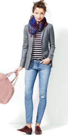 Look con mocasines oxford blazer gris bufanda blusa a rayas