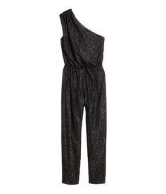 Sort/Glitter. En jumpsuit i glitrende chiffonplumeti. Den har et lett drapert skulderbånd og er avskåret i midjen med elastikk. Avsmalende ben. Skjult