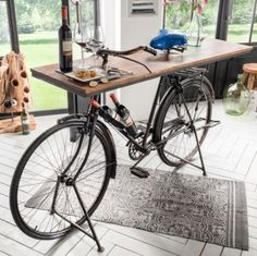 Buy a bike table. Frame made of real bicycle. - Wohnen im Industrial Chic Style - Markant & kernig - Bicycle Bar, Bicycle Decor, Recycled Furniture, Wooden Furniture, Diy Garden Decor, Diy Home Decor, Diy Decoration, Old Cycle, Palette Deco