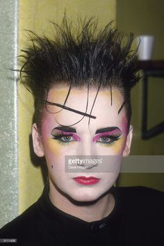 Boy George, New Romantic was a New Wave and fashion movement that occurred primarily in British and Irish nightclubs during the early and mid Boy George, 1980s Makeup, Punk Makeup, Hair Makeup, Edgy Makeup, Look 80s, Look Retro, Makeup Inspo, Makeup Inspiration