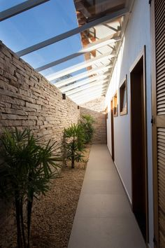Daylight lit hallway -  Canyons do Lago House / Mutabile Arquitetura