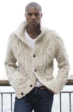 Acheter la tenue sur Lookastic:  https://lookastic.fr/mode-homme/tenues/cardigan-en-tricot-beige-t-shirt-a-col-en-v-blanc-jean-bleu-marine/6615  — T-shirt à col en v blanc  — Jean bleu marine  — Cardigan en tricot beige