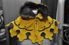 Yellow liripipe hood made by Katarina Hjältman. It's such a nice work! One of the absolutely most gorgeous hoods I've seen!