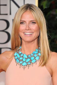 La modelo elige un vestido liso para darle todo el protagonismo a su gran gargantilla en color turquesa.