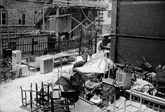 Bohag på gatan efter vräkning, Stockholm. Det där måste ju vara flera hushåll—så mycket möbler, så många stolar! Vad gjorde de? På landsbygden, ok, fortsätta till nästa statartorp, men i Stockholm?? Hemska tider...