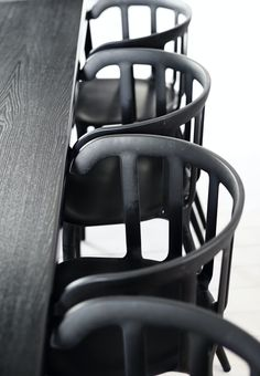 Gå i sort - på den elegante måde Cheap Office Chairs, Cheap Chairs, Cool Chairs, Ikea Ps Chair, Ikea Dining Chair, Dining Rooms, Black Dinning Table, Fixer Upper, Rio Beach Chairs
