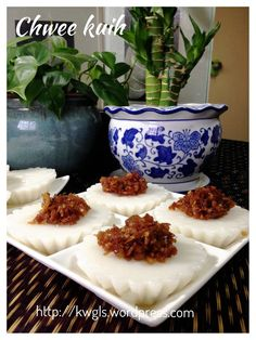 Another Singapore Malaysia Hawker Food–Chwee Kueh or Steamed Rice Cake With Preserved Radish - Guai Shu Shu Asian Snacks, Asian Desserts, Asian Recipes, New Recipes, Cooking Recipes, Steamed Rice Cake, Rice Cakes, Singapore Food, Singapore Malaysia