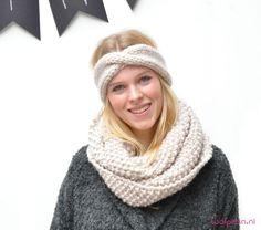 Een hippe colsjaal breien? Met dit simpele patroon brei je snel een luxe sjaal en een lekkere warme hoofdband. Ideaal voor de winter! Bekijk hier patroon..