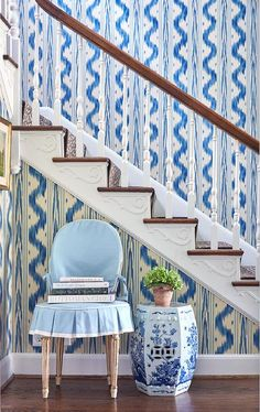 In this post – Toile de Nantes by Pierre Frey I have been thinking about wallpapering a few rooms in my house and I cannot get… Blue And White Wallpaper, Of Wallpaper, Fabric Wallpaper, Designer Wallpaper, House Of Turquoise, Pierre Frey, Foyer Decorating, Decorating Bedrooms, Decorating Tips